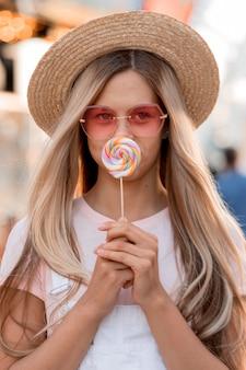 Vooraanzicht meisje met lolly