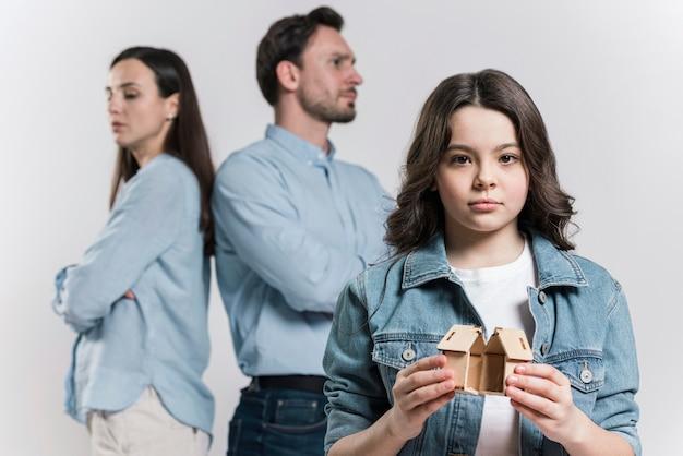 Vooraanzicht meisje verdrietig voor het uiteenvallen van de familie