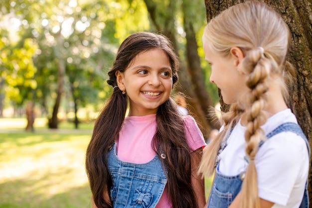 Vooraanzicht meisjes kijken naar elkaar Gratis Foto