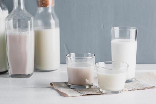 Vooraanzicht melkflessen en glazen