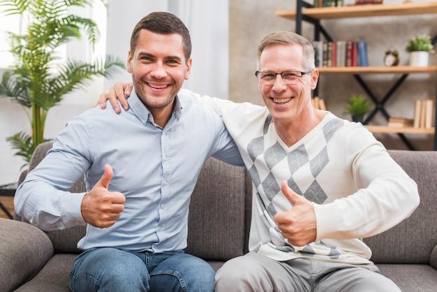 Vooraanzicht met vader en zoon met omhoog duimen