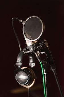 Vooraanzicht microfoon en koptelefoon