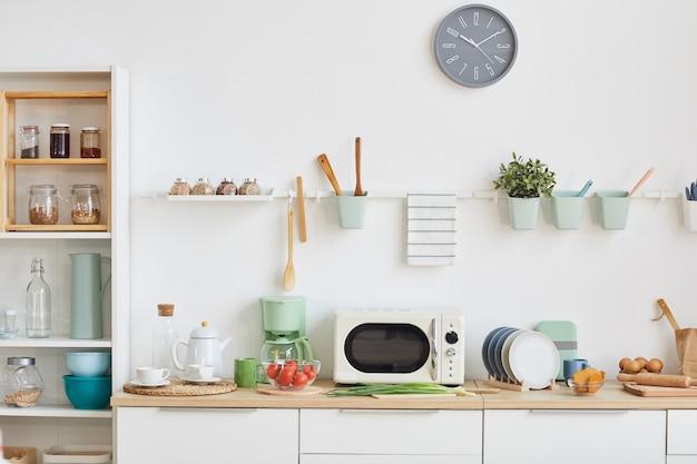 Vooraanzicht minimaal keukeninterieur met houten accenten in klein en gezellig appartement