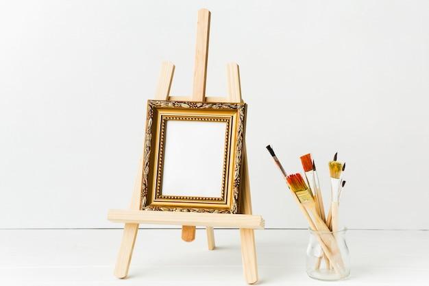 Vooraanzicht minimalistisch frame op ezel en borstels