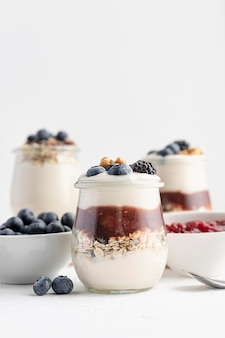 Vooraanzicht mix van yoghurt met fruit, haver en jam