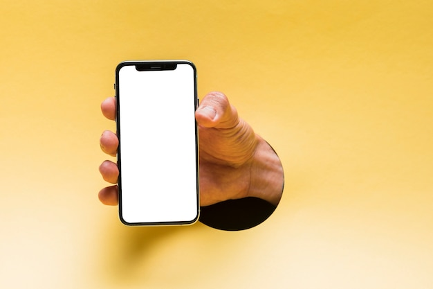 Vooraanzicht mockup smartphone gehouden door persoon