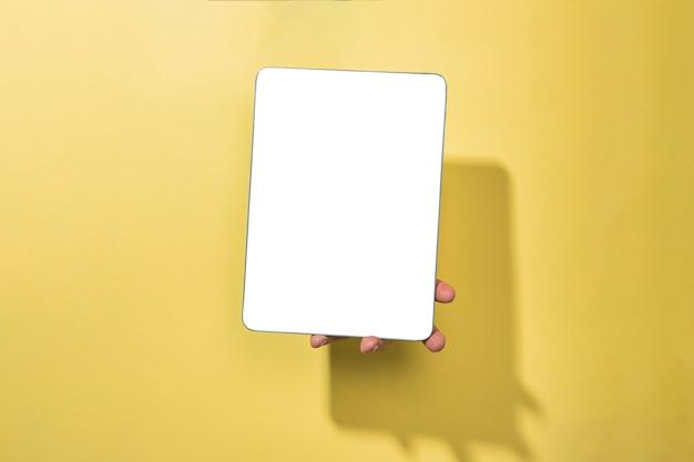 Vooraanzicht mockup tablet gehouden door persoon