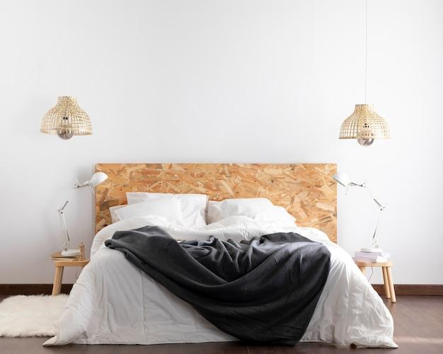 Vooraanzicht modern king size bed en bliksem objecten