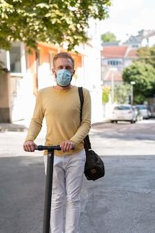 Vooraanzicht moderne man zijn scooter rijden