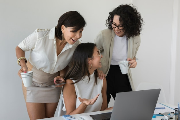 Vooraanzicht moderne vrouwen samen te werken