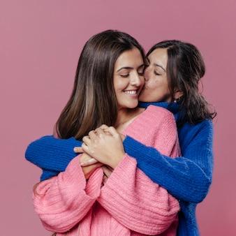Vooraanzicht moeder en dochter knuffelen