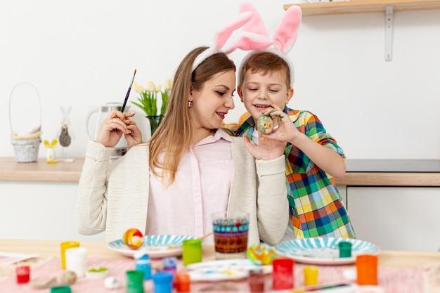 Vooraanzicht moeder en zoon met konijnenoren