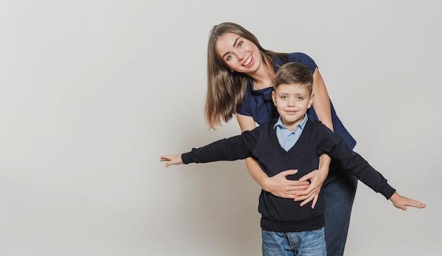 Vooraanzicht moeder speelt met zoon