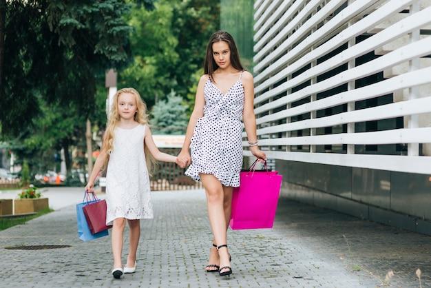 Vooraanzicht moeder wandelen met haar dochter