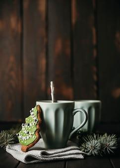Vooraanzicht mok met kerstboom koekje