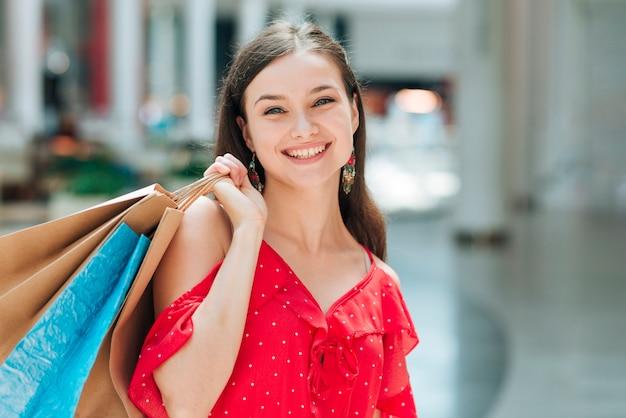 Vooraanzicht mooi meisje bij winkelcentrum
