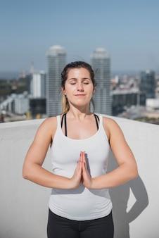 Vooraanzicht mooi meisje mediteren