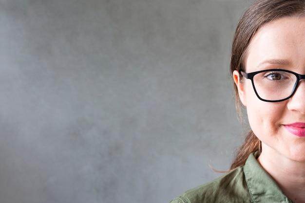 Vooraanzicht mooi meisje met een bril