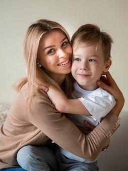 Vooraanzicht mooie moeder poseren met zoon