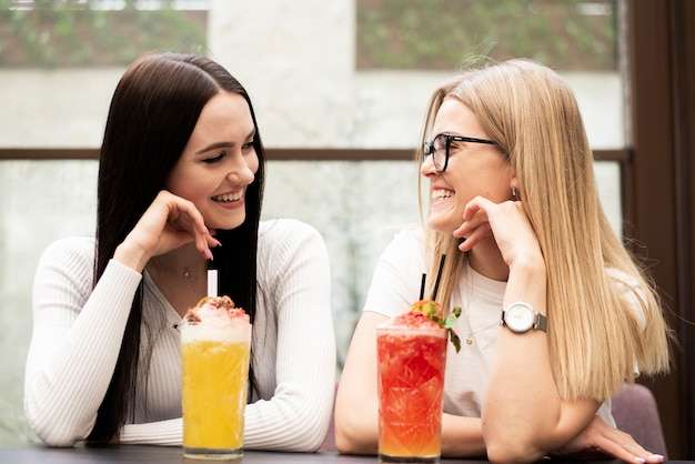 Vooraanzicht mooie vrienden met een cocktail