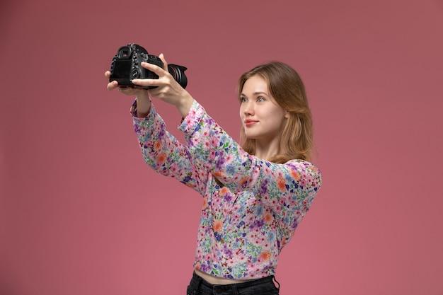 Vooraanzicht mooie vrouw die een foto van zichzelf neemt