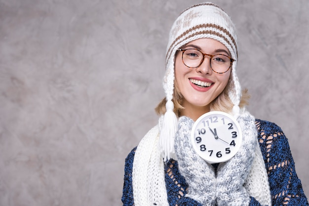 Vooraanzicht mooie vrouw met een klok