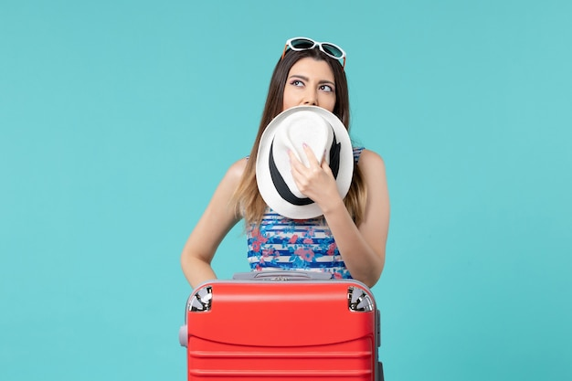 Vooraanzicht mooie vrouw vakantie met tas en hoed op lichtblauwe ruimte voorbereiden
