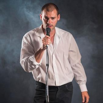 Vooraanzicht muzikant zingt rookeffect