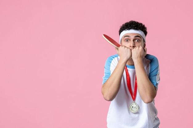 Vooraanzicht nerveuze mannelijke speler met weinig racket en medaille