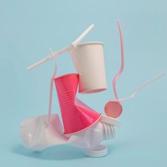 Vooraanzicht niet-milieuvriendelijke plastic elementen