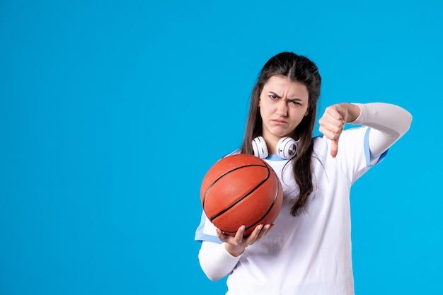 Vooraanzicht ontevreden jong wijfje met basketbal