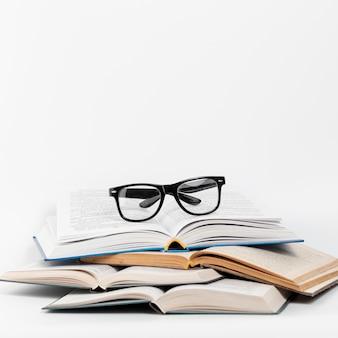 Vooraanzicht open boeken met een bril