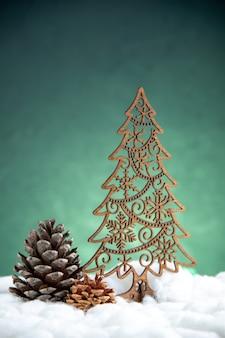Vooraanzicht open dennenappel houten kerstboom op groen geïsoleerd oppervlak