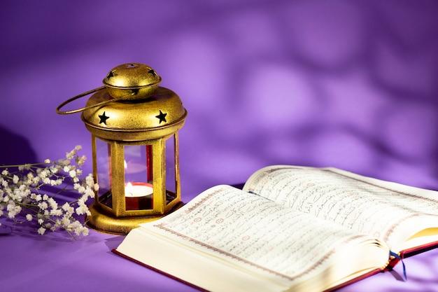 Vooraanzicht open koran naast kandelaar