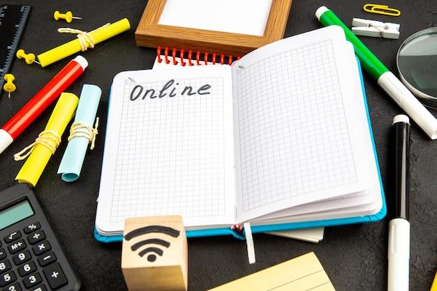 Vooraanzicht open voorbeeldenboek met kleurrijke potloden