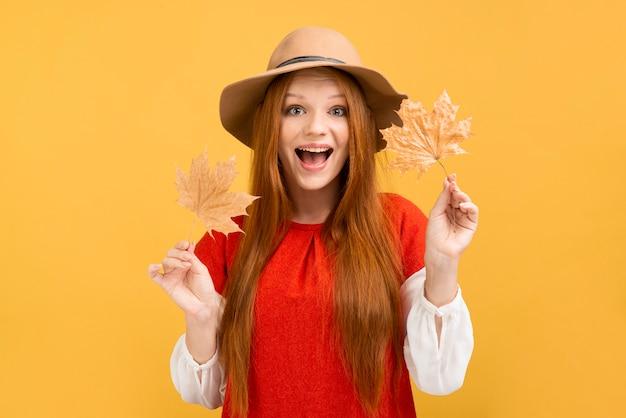 Vooraanzicht opgewonden meisje met bladeren