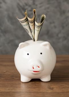 Vooraanzicht opstelling van spaarvarken met bankbiljetten