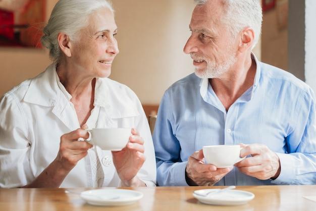 Vooraanzicht oude mensen kijken naar elkaar