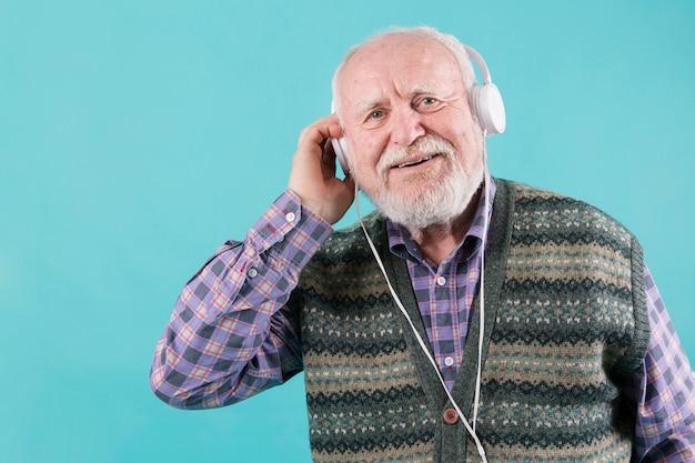 Vooraanzicht oudere mannelijke muziek luisteren