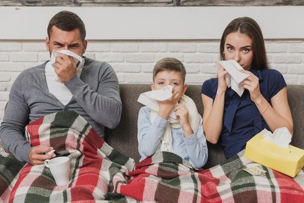 Vooraanzicht ouders met zoon ziek