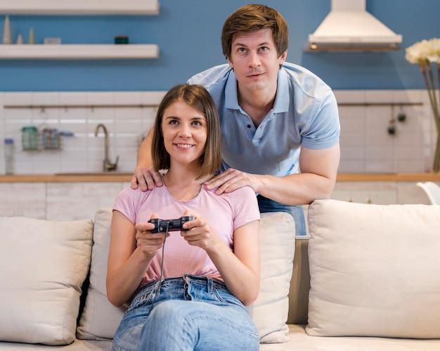 Vooraanzicht ouders spelen van videogames thuis