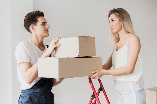 Vooraanzicht paar bedrijf verhuisdozen