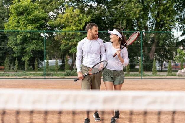 Vooraanzicht paar op tennisbaan