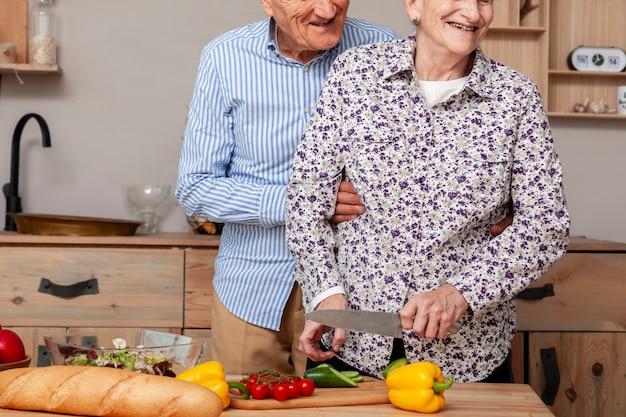 Vooraanzicht paar snijden groenten