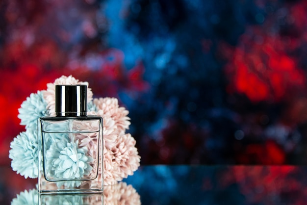 Vooraanzicht parfumfles bloemen op donkerblauwe rode aquarel achtergrond vrije ruimte