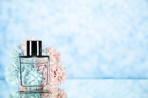 Vooraanzicht parfumfles bloemen op lichtblauwe achtergrond vrije ruimte