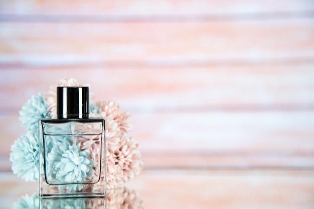 Vooraanzicht parfumfles bloemen op lichte wazige achtergrond vrije ruimte