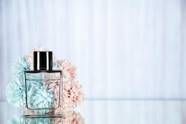 Vooraanzicht parfumfles en bloemen op lichte achtergrond