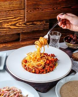 Vooraanzicht pasta met gehakt op de bruine vloer