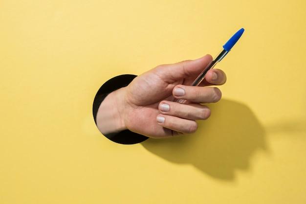 Vooraanzicht pen gehouden door persoon